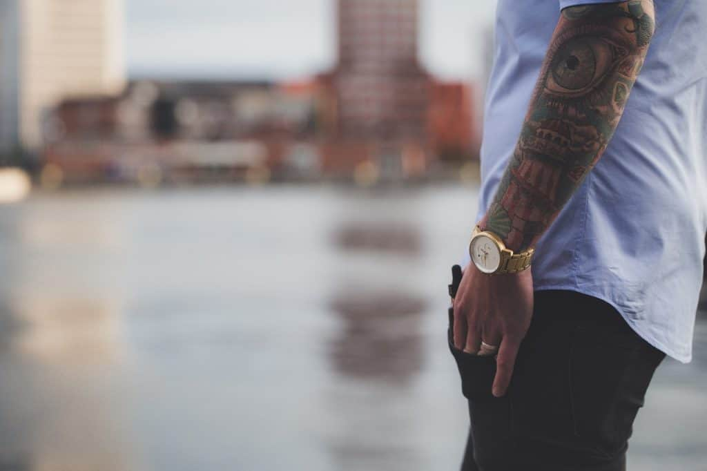 גבר עונד שעון זהב
