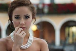 אישה עם שרשרת